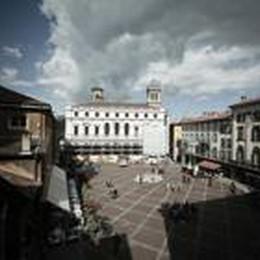 «Ridateci i bagni in piazza Vecchia  Basta con l'assalto alle toilette dei bar»