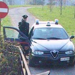 Sequestra un 16enne col motorino  Lo minaccia, via il cellulare: preso
