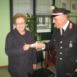 Accerchiano anziana e la derubano  Carabiniere insegue e blocca una ladra