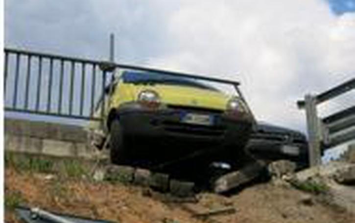 Urtata, un'auto finisce in bilico   sulla ciclovia di Ponte Nossa
