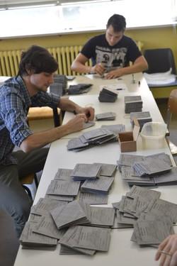 L'allestimento dei seggi per le elezioni 2014