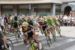 Il Giro d'Italia a Bergamo: il gruppo al curvone di piazza Sant'Anna s'immette in via BorgoPalazzo