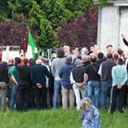 «Riuscii a fuggire, gli altri 43 no»  Tensione ma zero incidenti a Rovetta