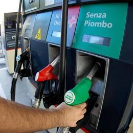 Benzina, nuovo «ritocchino» dei prezzi  Verde a 1,833, gasolio a 1,727 di media