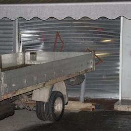 Ladri all'assalto con un furgone  Ma il mezzo s'incastra: fuggono