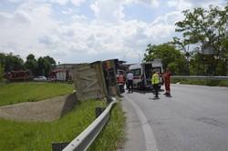Il camion ribaltato a Cassinone