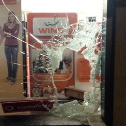 Abbattono la vetrina con la mazza  Via iPad e cellulari per 7.000 euro