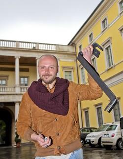 Gianluca Spitalieri  porta le staffe a Palazzo Frizzoni