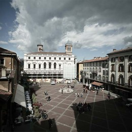 Città Alta, si rifà Piazza Vecchia  Lavori d'estate a prova di turisti