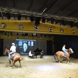 Verdello apre il teatro-stalla  Attori e cavalli sul palcoscenico