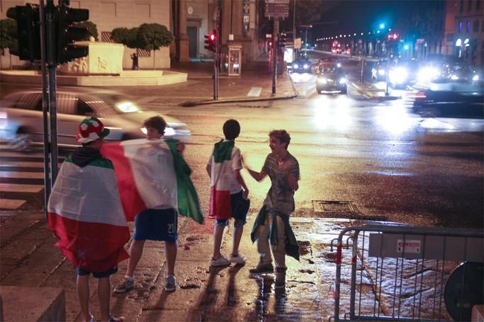 Tifosi in  festa dopo la vittoria dell'Italia