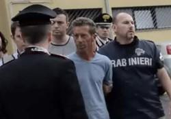 Una foto rilasciata dall'ufficio stampa dei carabinieri mostra il presunto assassino di Yara Gambirasio, Massimo Giuseppe Bossetti (C) mentre viene portato nella caserma del comando provinciale dei Carabinieri, a Bergamo
