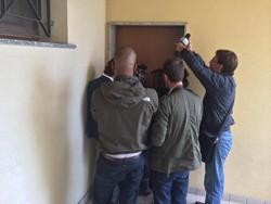 Giornalisti fuori dell'abitazione di Ester Arzuffi, madre di Massimo Giuseppe Bossetti, chiusa in casa a Terno d'Isola