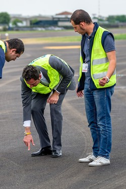 Massimo Vitali controlla l'asfalto della nuova pista di Orio