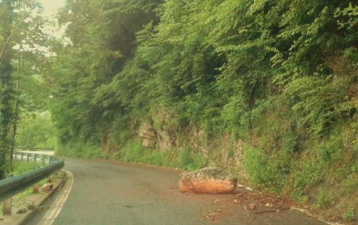 Tra massi, frane e pezze sull'asfalto  Ma chi ci pensa alle nostre strade?