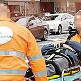 Ciclista contro portiera di un'auto Taglio al collo: in ospedale