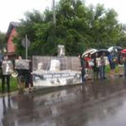 Arzago, animalisti sotto la pioggia  contro le pellicce: «Visoni liberi»