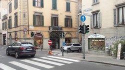 L'incrocio fra via Sant'Alessandro (ora senso unico a salire) e via Garibaldi