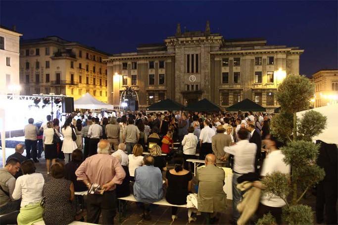 Folla in Piazza Libertà