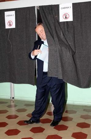 Tentorio esce dalla cabina elettorale