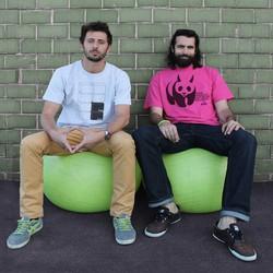 da sinistra Marco Quistini e Fabio Damiani: indossano le loro tshirt con il brand Fastdesign