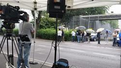 Folla di giornalisti e fotografi