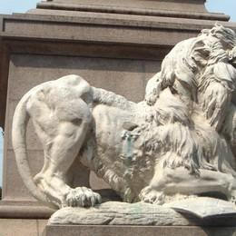 Il giallo del pugnale sparito  Piazza Matteotti: la statua «piange»