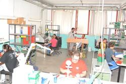 La produzione degli occhiali a Laxolo