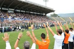 L'abbraccio tra squadra e tifosi allo stadio