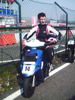 Simone Suardi in tenuta da biker