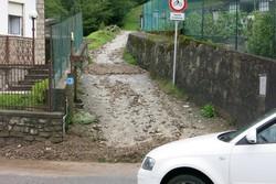 La strada laterale dalla quale sono scesi sassi e fango