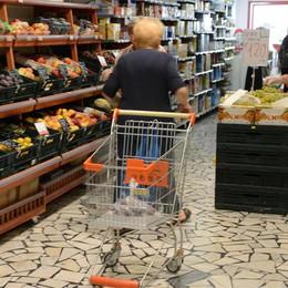Gli italiani stringono la cinghia  Meno qualità e quantità di cibo