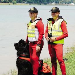 Bagnante rischia di annegare a Ostia  Salvato dai cani della scuola di Seriate