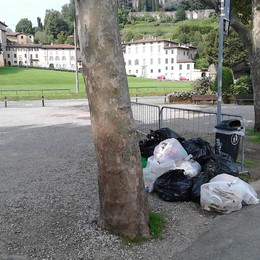 «Un tour con sorpresa in  Città Alta  fra tendoni orribili e sacchi di rifiuti»