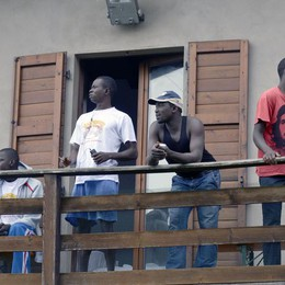 Ferragosto «caldo» alla Cà Matta Pranzo solidale e presidio leghista