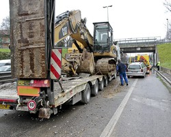 Il ponte era stato danneggiato da un camion che trasportava un escavatore