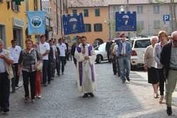 Corteo verso il cimitero e labari dei parà  per Dario Mandragola
