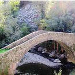 Il leone scolpito alla base del ponte  Enigma sull'acqua del  Brembilla
