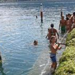 Lido Nettuno invaso dalle alghe  I turisti puliscono per fare il bagno