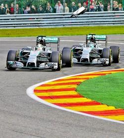 Hamilton (a sinistra) e Rosberg a duello sulle loro Mercedes