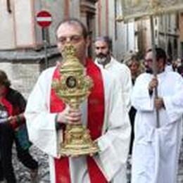 Il vescovo saluta i giovani  Segui la Messa su Bg Tv