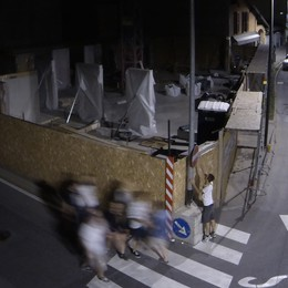 Il writer pizzicato dalle telecamere   «Costituisciti e paga i danni ai muri»