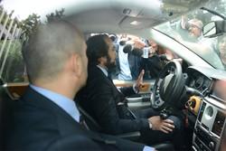 L'avvocato Benedetto Bonomo in auto con il fratello e i familiari di Massimo Bossetti