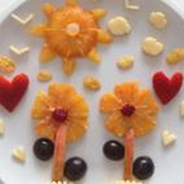 A merenda? Un prato fiorito   Ma è preparato con la frutta