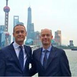 Shanghai, metropoli degli affari  E così un fratello tira l'altro