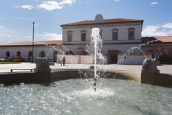 La fontana di piazzale Marconi con la stazione sullo sfondo