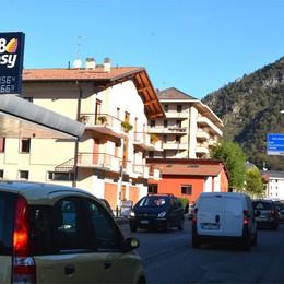Camion bloccato a Zogno Val Brembana, mattinata nera