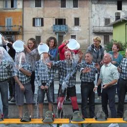 Ice Bucket Challenge per la Sla  Alpini di Lenna: doccia di gruppo