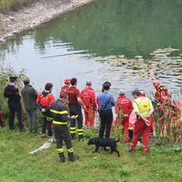 Si getta in acqua per aiutare il cane Cacciatore muore in un laghetto