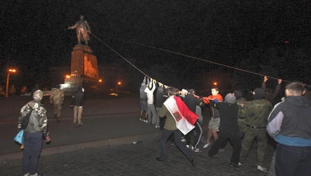 Ucraina: abbattuta più alta statua Lenin